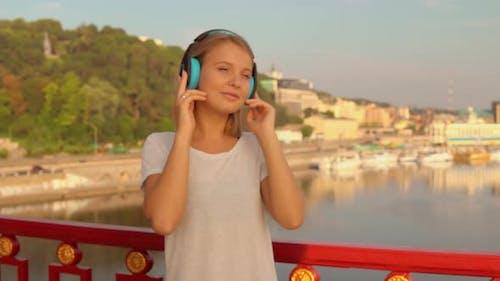 Femme écoute la musique