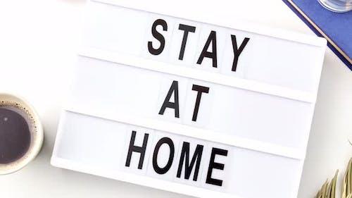 Lightbox mit Aufenthalt zu Hause Vorsicht Worte