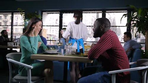 Paar verbringen Zeit Essen im beliebten Restaurant