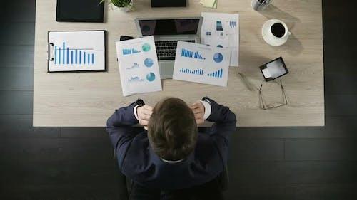 Depressiver Mann in Anzug Denken über Geldverlust am Arbeitsplatz, Bankrott