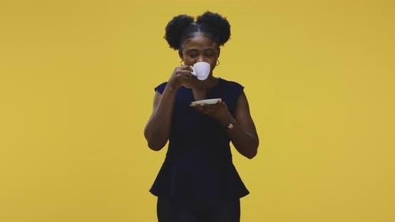 Thumbnail for Junge Frau trinken Kaffee