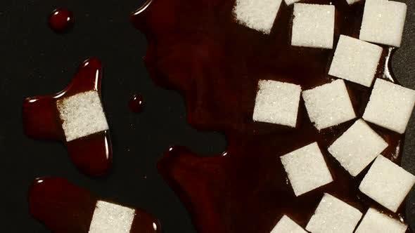 Thumbnail for Zuckerwürfel schmelzen auf einer schwarzen Oberfläche
