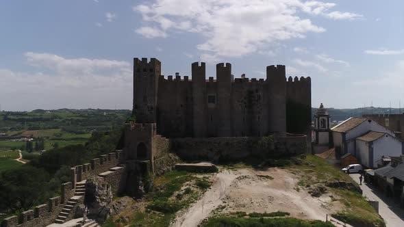 Thumbnail for Fliegen über mittelalterliche Burg und Stadt Óbidos, Portugal