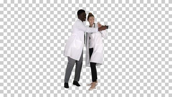 Thumbnail for Zwei Ärzte machen Selfie mit einem Smartphone und Lächeln