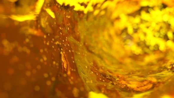 Bier mit Blasen bewegt sich im Glas