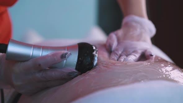 Kosmetikerin macht Vibromassage-Prozedur zu großer Frau