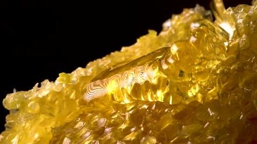 Honig fließt auf Honig Kamm