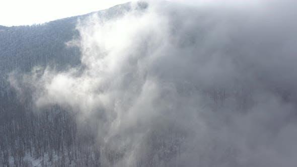 Thumbnail for Fliegen über den Nebel auf Bergketten 4K Drohne Video