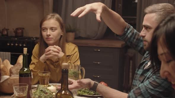 Thumbnail for Mann erzählt die Geschichte an Freunde bei Dinner-Party