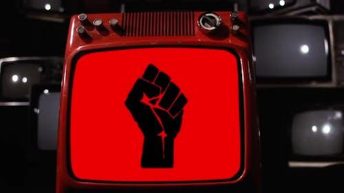 Die erhabene Faust oder die geballte Faust auf einem Retro-Fernsehen.