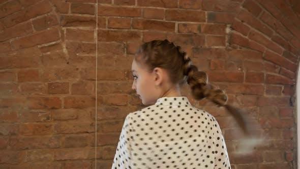 Thumbnail for Schönes junges Mädchen posiert gegen Backsteinmauer Hintergrund