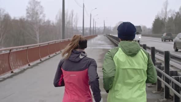 Paartraining für Marathon auf Brücke