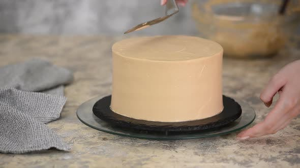 Thumbnail for Aligning the caramel cream with a pastry pallet on a biscuit cake