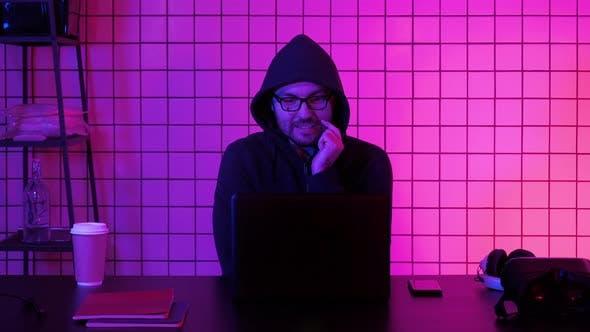 Thumbnail for Happy Young Man in Brillen beobachten Computerspiel
