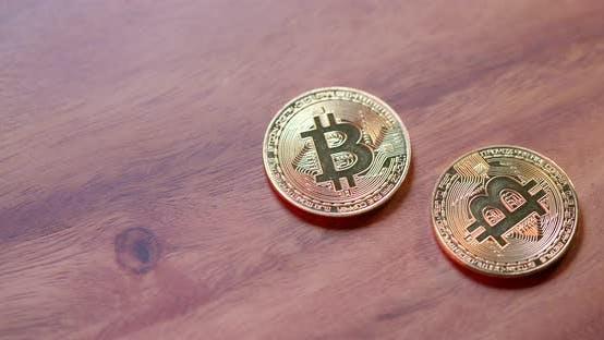 Thumbnail for Goldene Bitcoin auf den Tisch legen