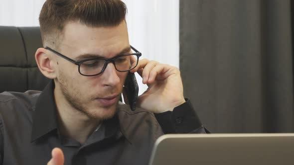 Thumbnail for Wütender Geschäftsmann am Telefon sprechen, Nahaufnahme