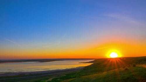 Sonnenaufgang Himmel über dem Fluss. Zeitraffer
