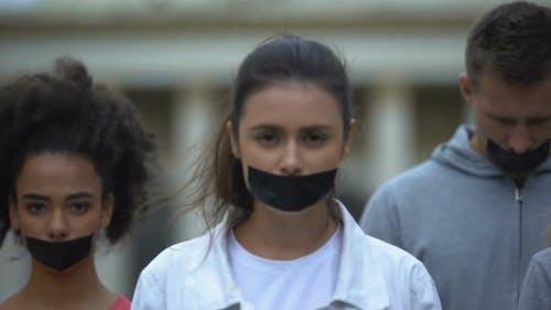 Menge demonstriert mit verklebtem Mund, Marsch des Schweigens gegen Polizeibrutalität