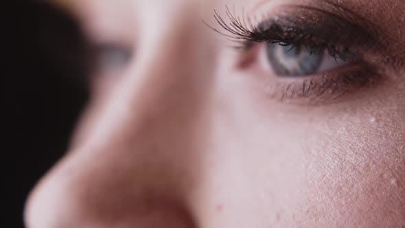 belle femme aux yeux gris et cils semi permanents