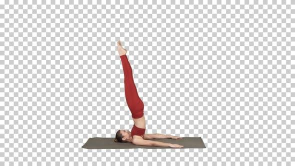 Schöne sportliche Mädchen tun Yoga-Übungen für Bauchmuskeln Kraft