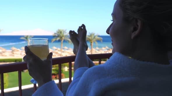 Thumbnail for Junge Frau Relaxen Auf Balkon Genießen Meerblick Im Urlaub