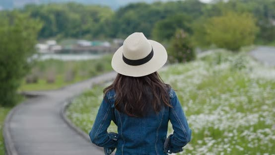 Thumbnail for Woman look around the landscape in countryside