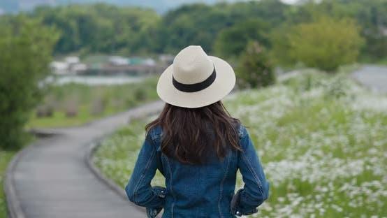 Thumbnail for Frau schauen sich um die Landschaft auf dem Land