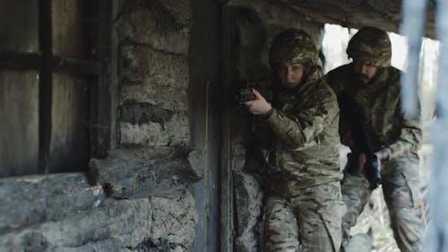 Armeesoldaten stürmen Haus, um Geisel zu