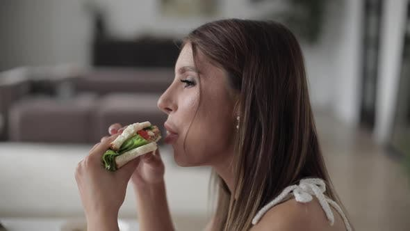 Cover Image for Beautiful Lady Enjoying Sandwich During Lunch in Room