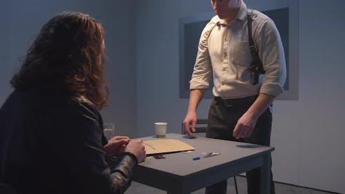 Brutal Detective Sternly schaut auf den Verdächtigen