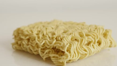 Instant staple food block 4K 2160p 30fps UltraHD kippen footage - ungekochte chinesische nudeln auf whit