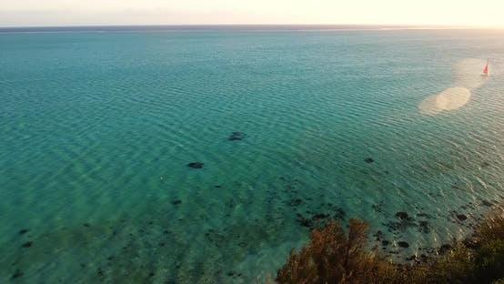Pazifischer Ozean und die Sonne reflektiert auf dem ruhigen Ozean