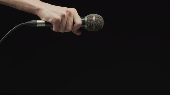 Thumbnail for Hand ein Mikrofon fallen lassen
