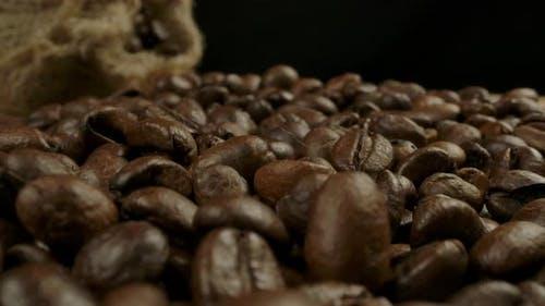 Geröstete Kaffeebohnen und Jutesack