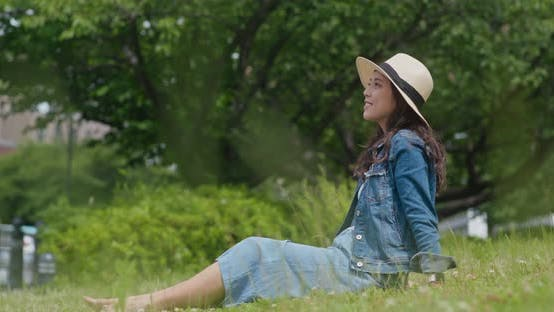 Cover Image for Woman sit on the grass and look around