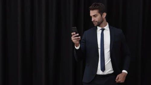 Geschäftsmann Überprüfung Handy