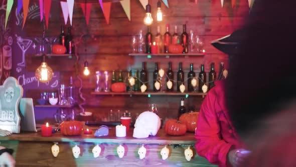 Junge Menschen, die Spaß haben und tanzen in Halloween-Outfits