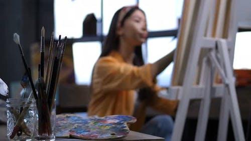 Verschiedene künstlerische Werkzeuge auf Work Artist Tisch