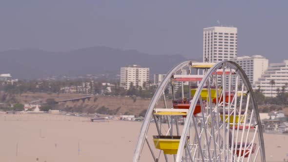 Luftaufnahme des pazifischen Rades und des Vergnügungsrads an der Küste von Santa Monica