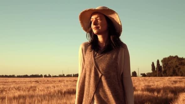 Thumbnail for Frau zu Fuß entlang idyllische Landschaft mit gelben Weizen