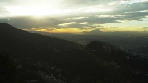 Thumbnail for Wolken behindern die Sonne bei Sonnenuntergang in Rio de Janeiro
