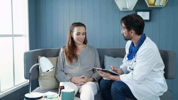 Thumbnail for Nahaufnahme Schwangere Frau im Gespräch mit Arzt im Krankenhaus. Schwangere Gesundheitsversorgung