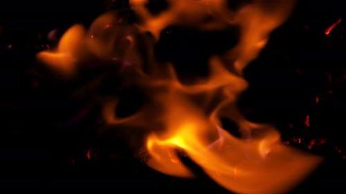 Höllenfeuer, intensiver Kraftstoff lodernd, perfekt für digitale Komposition. 4k, Apple ProRes 422