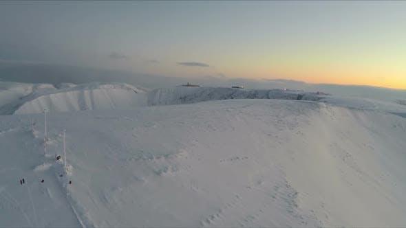Thumbnail for Fliegen über schneebedeckten Khibinsky Gebirge