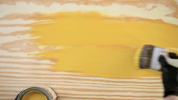 Thumbnail for Zeitraffer. Malen Sie in Metallfarbe Dose und Malerwerkzeuge auf einem Holzbrett