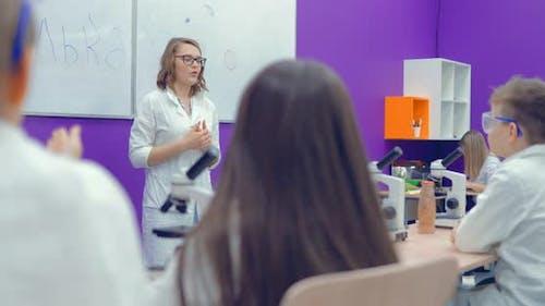 Lehrer bringt Kindern die Wissenschaft in der Schule bei