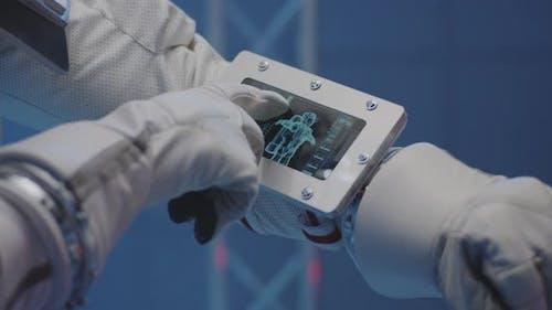 Astronaut mit Handgelenk-Computer