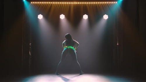 Female Dancer Shakes Ass Dancing Twerk