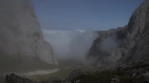 Cover Image for Time Lapse of Fog Shimmers in a Mountain Valley.