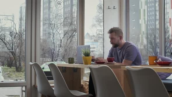 Freiberufler Mann nutzt Laptop im Coffeeshop